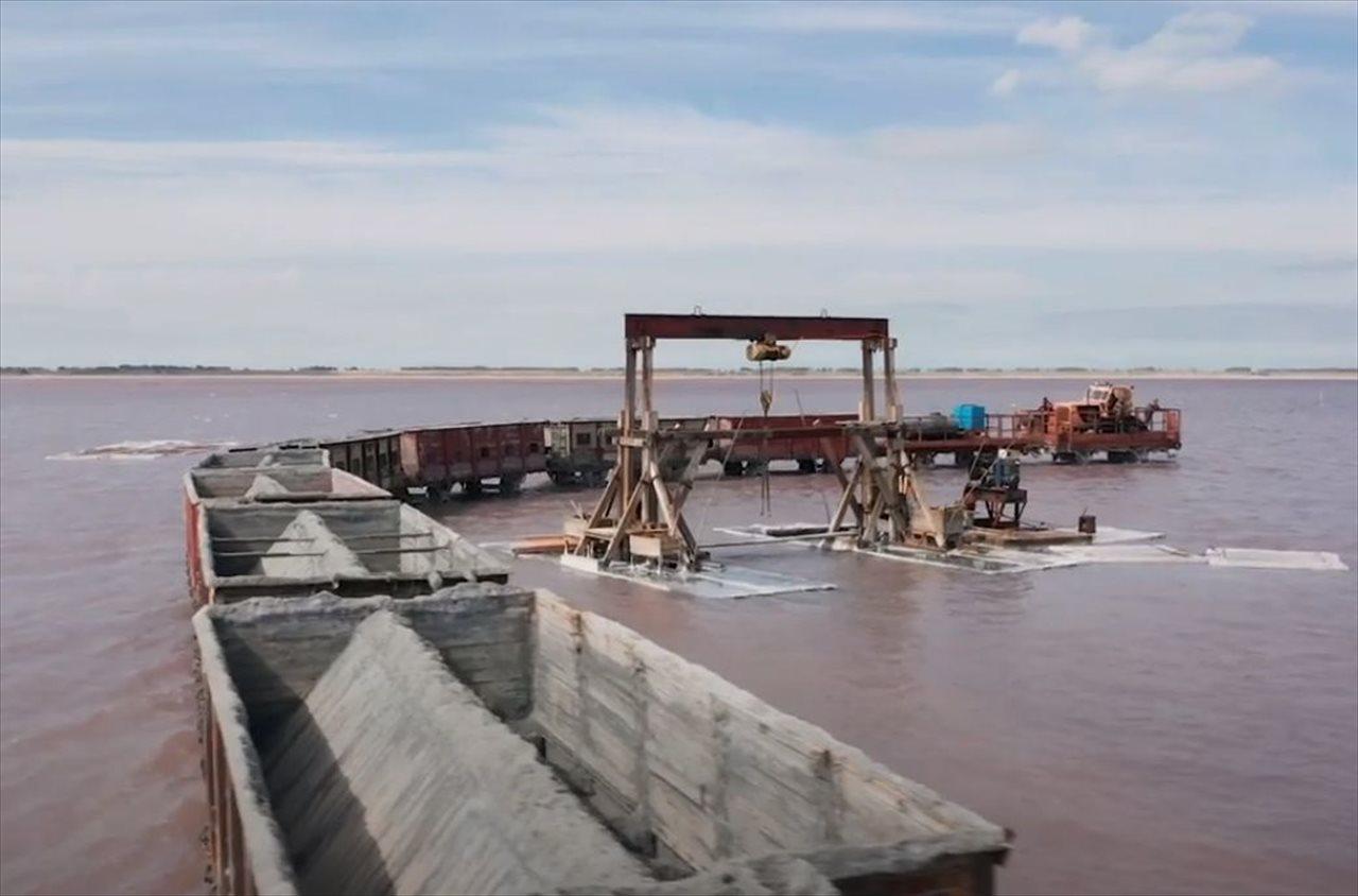 まるでおとぎ話の世界のよう・・・ピンク色の塩湖を貨物列車が横切る光景が話題に!