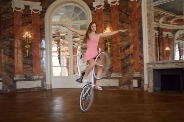 まるで自転車に乗ったバレリーナ!アーティスティック・サイクリストが見せる神業パフォーマンスが話題!