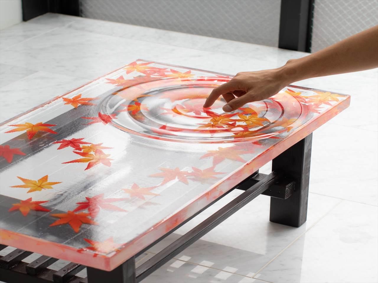 家の中で散策できる気分になれる・・・紅葉が落ちた水面のテーブルが美しいと話題に!