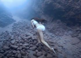 【凄い動画】まさに水中版の「全力坂」美女が水中の坂を駆け上がっていく姿がたくましい!