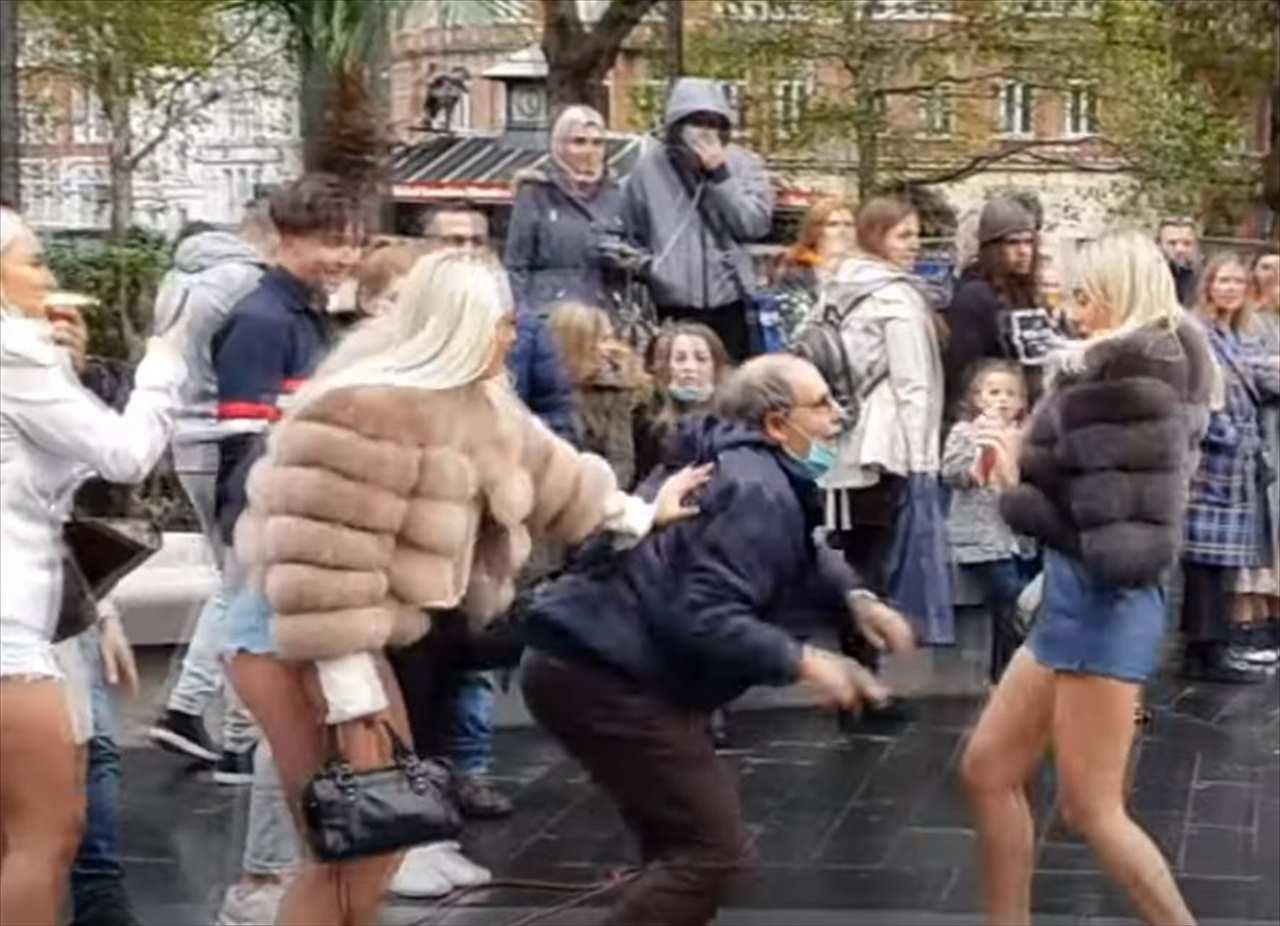 狂ったように踊り始めたオジサン。ストリートパフォーマーより目立っていて話題に(笑)