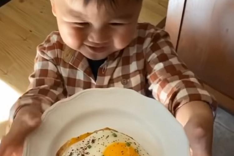 【2000万回再生超え】ママにごはんのお礼を言う男の子の動画「Thank you, mama」シリーズが激カワ!