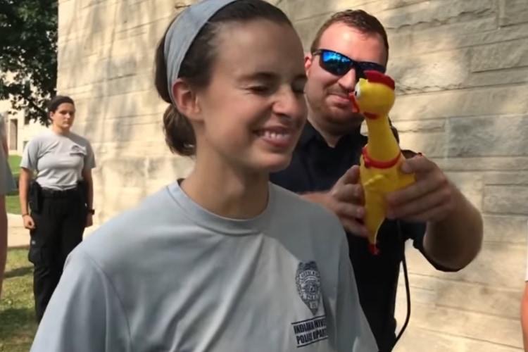 アメリカの軍や警察学校の「笑ってはいけない訓練」ラバーチキンの鳴き声に撃沈される!この鳴き声にあなたは顔色一つ変えず耐えられますか?