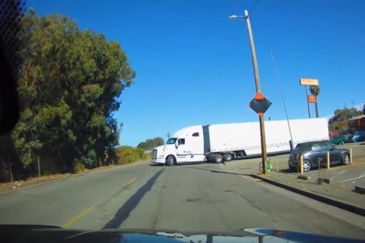 トレーラーが長すぎて少しの段差ではまってしまった大型トラック!こんなこともあるのかと驚き
