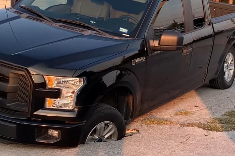 駐車場に恐ろしい罠!アスファルトの陥没穴にタイヤがはまってしまった車をどけてみると・・・