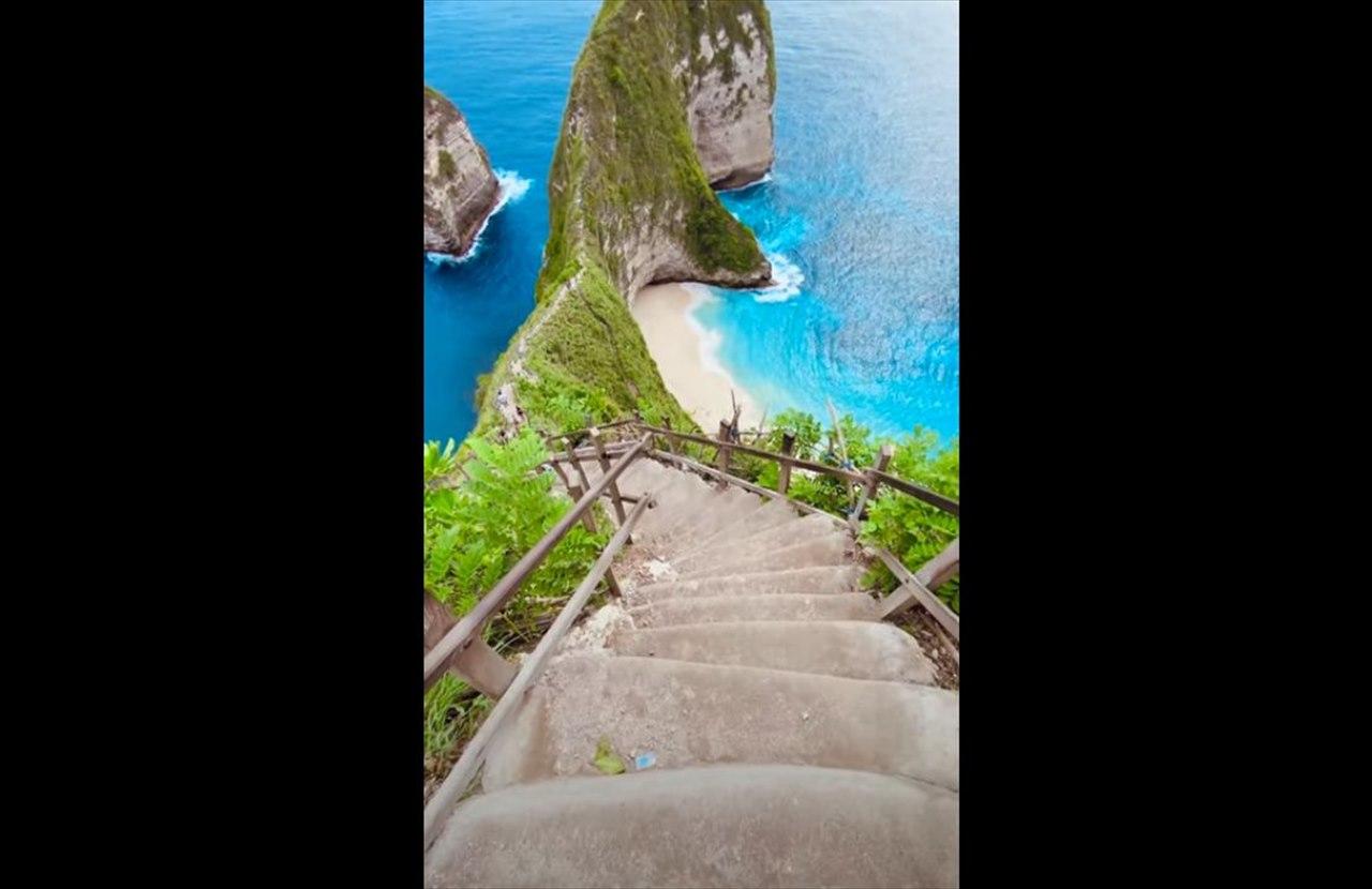 ビーチへ降りる階段が急すぎる!美しさと恐ろしさが同時に襲ってくる映像