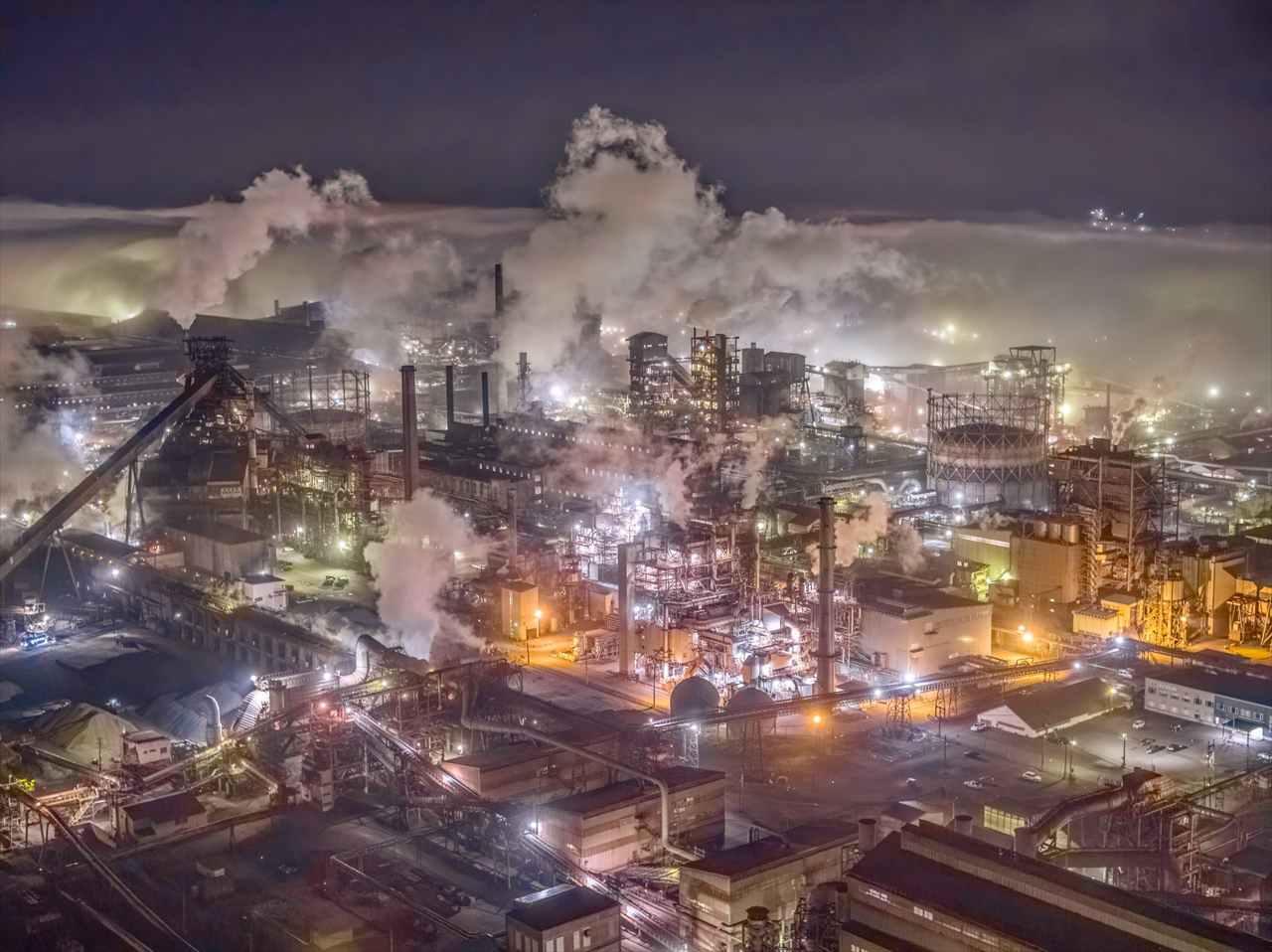 まるでゲームの世界のよう・・・霧が発生した製鉄所の写真がめちゃめちゃカッコイイ!