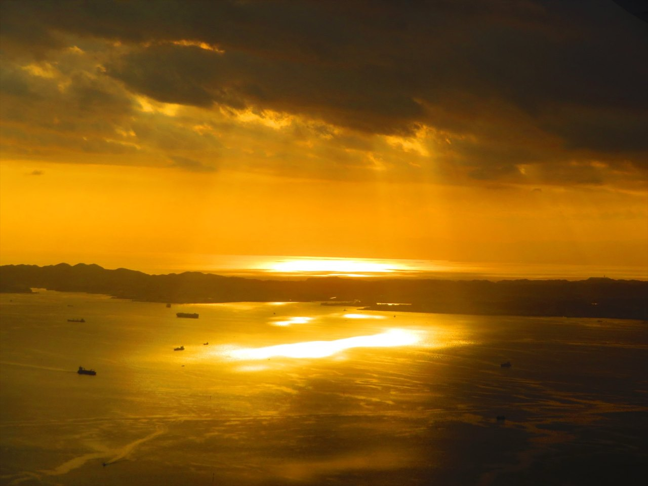 """【奇跡の瞬間】なんて神々しい・・・海上の空から撮影された""""天使の梯子""""が素敵だと話題に!"""