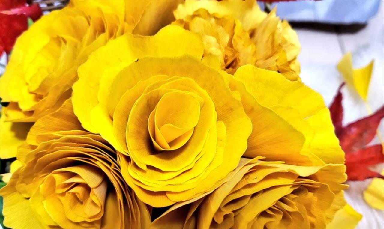 バラにしか見えない!イチョウの葉っぱを丸めて作ったバラが素敵だと話題に!
