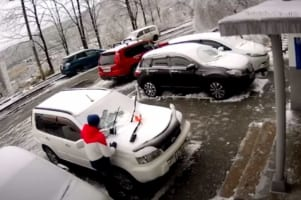 【恐怖動画】車から雪を取り除いていたら・・・数秒後に信じられない悲劇が発生!
