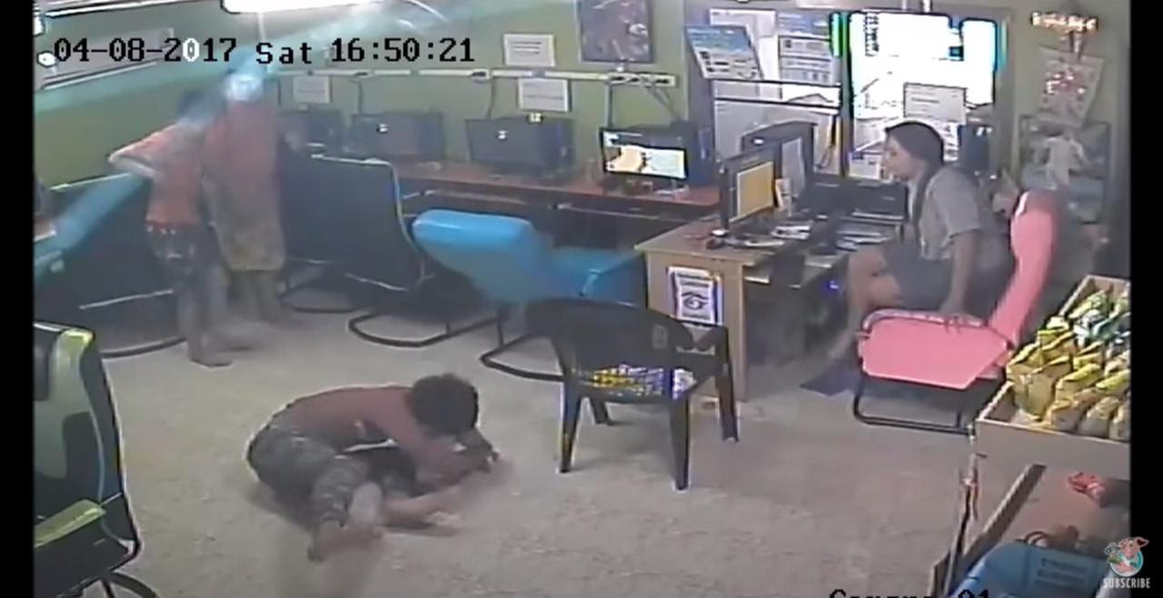 ネットカフェに1匹のヘビが侵入し大パニック!タイのネットカフェでの衝撃映像