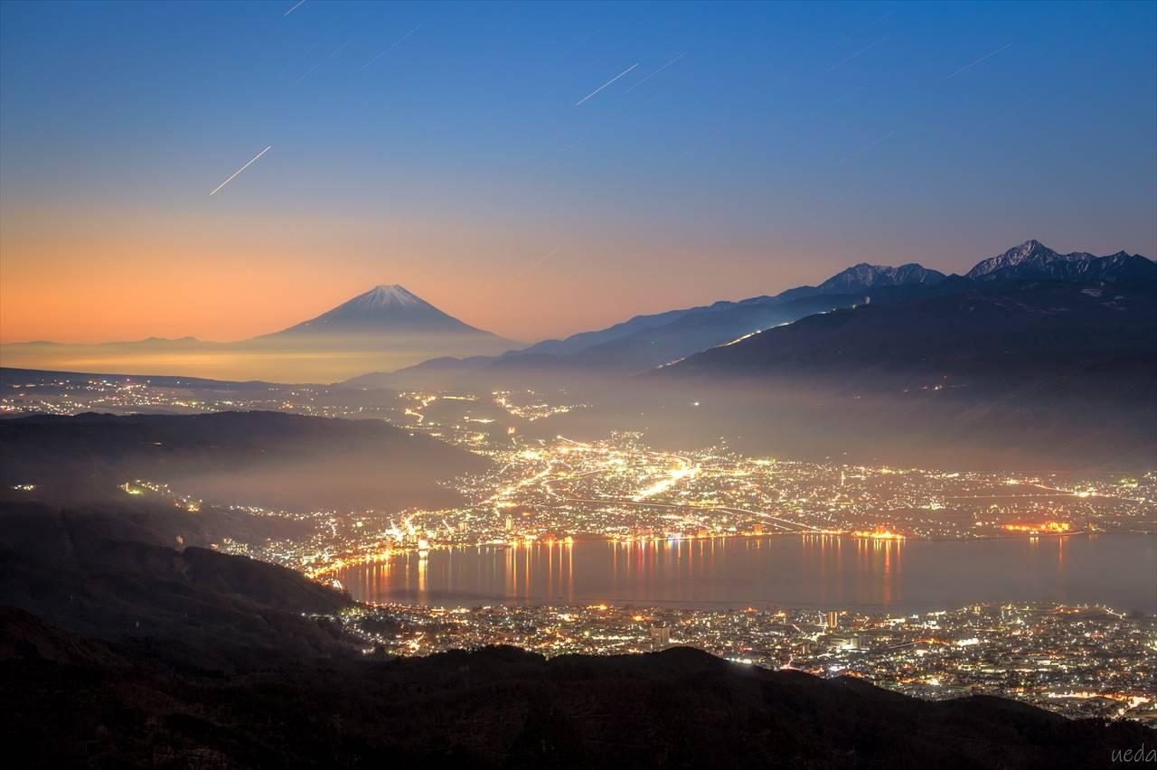 なんという贅沢な絶景・・・富士山と諏訪湖と夜景を一望できる場所で撮影した写真が話題に!