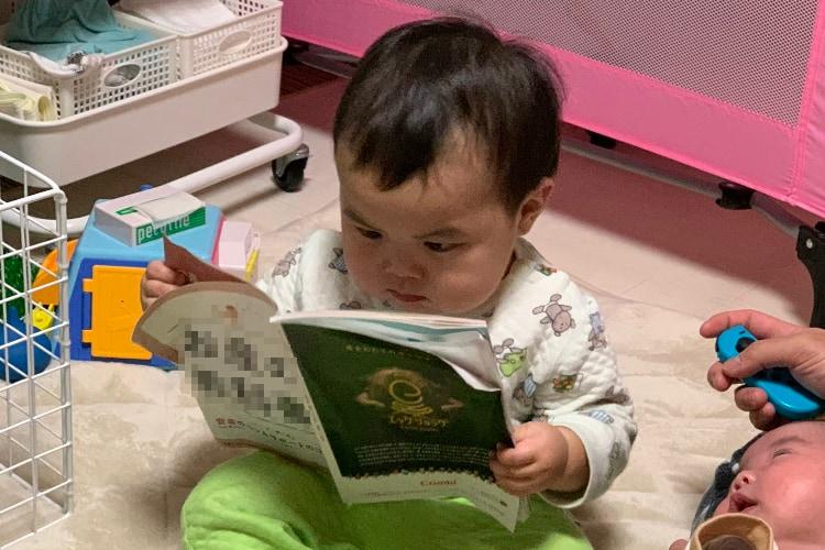 見てください、この真剣な眼差しを!赤ちゃんが熱心に読んでいる本のタイトルはまさかの‥(笑)