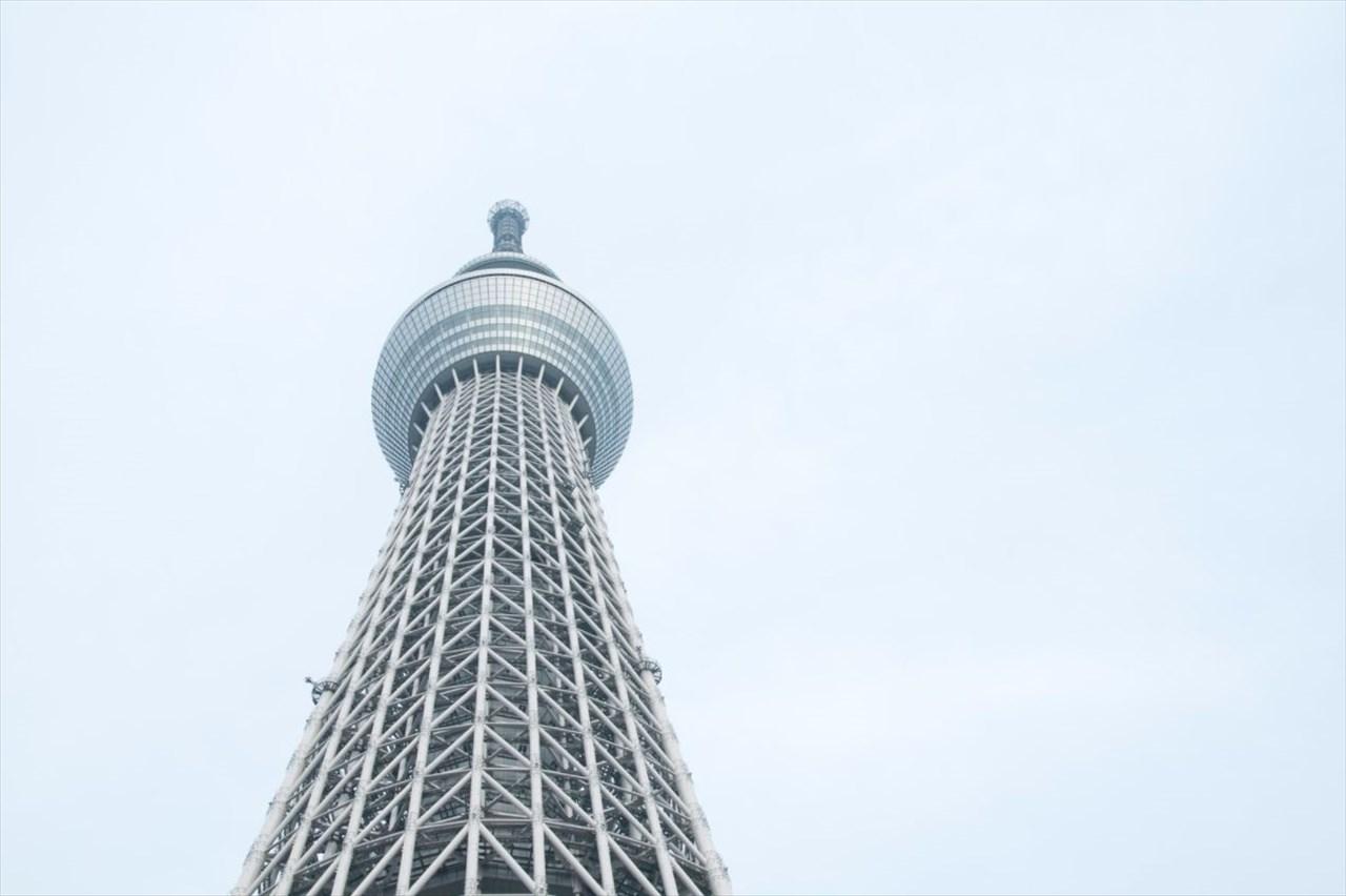 なんという神々しさ・・・東京スカイツリーと三日月が重なった幻想的な光景が話題に!