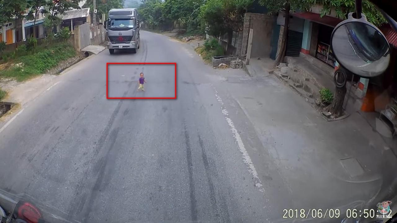 道路に飛び出した赤ちゃんの運命は!?ハラハラドキドキの衝撃映像