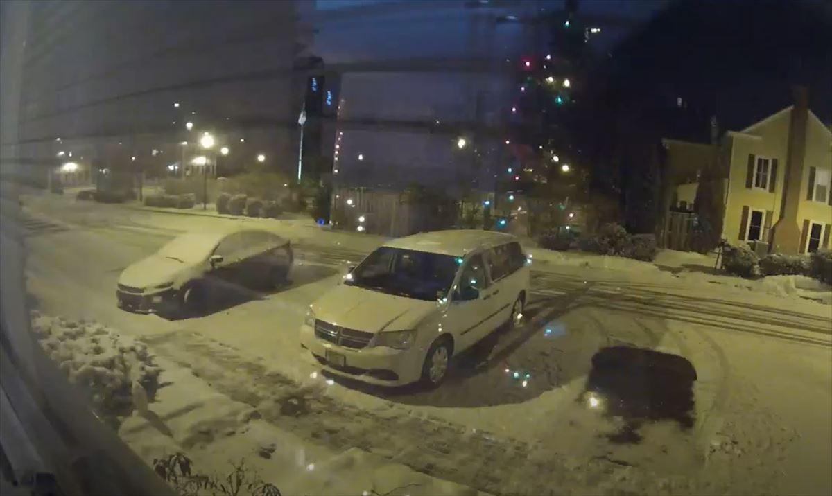 雪の積もる夜の駐車場、監視カメラが捉えた少しだけ幸せになれる気がする映像にほっこり
