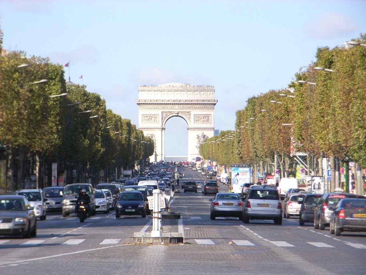 【必見】パリの凱旋門とエッフェル塔を上空から撮影した夜景がゴージャスすぎる!