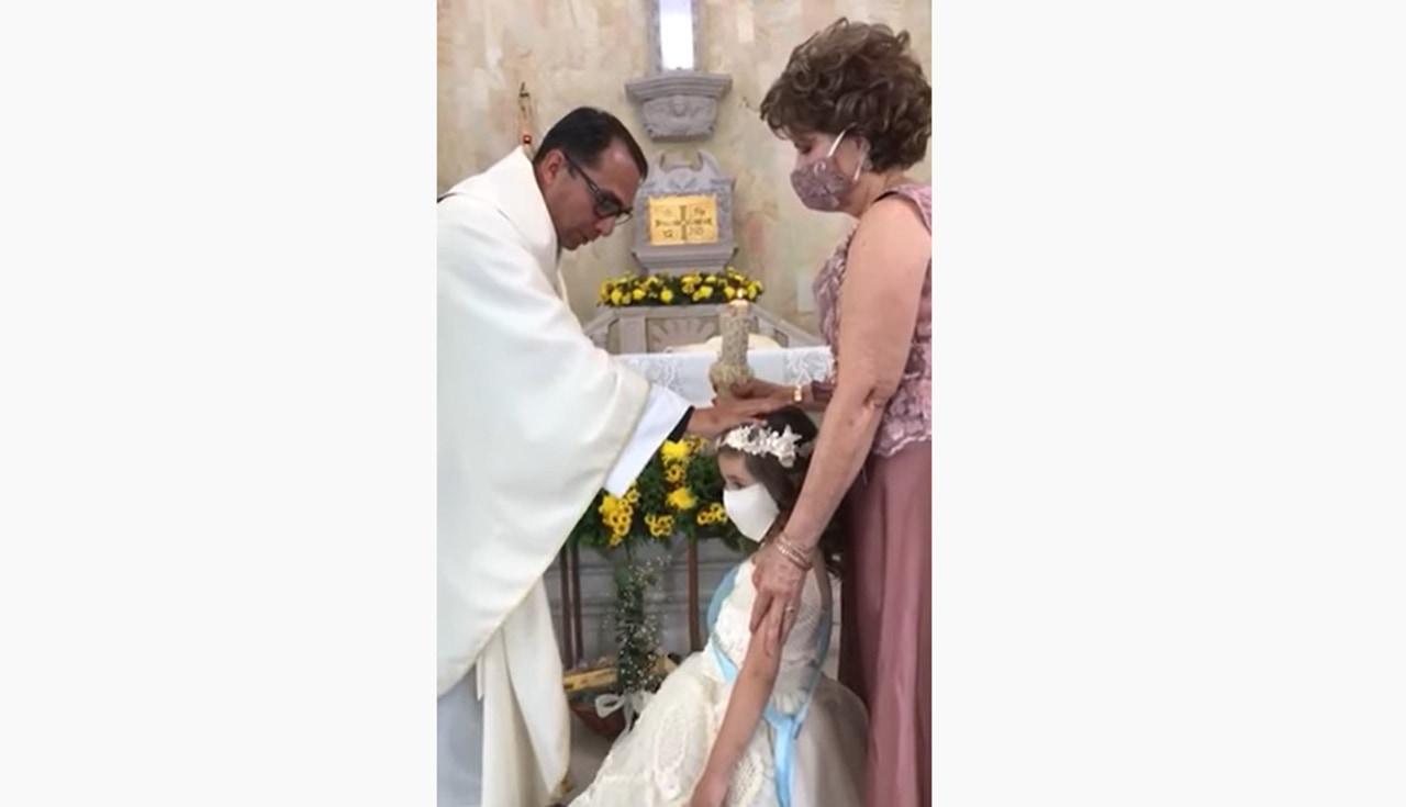 司祭が祝福の為かざした手にハイタッチしちゃった少女に司祭も思わず吹き出す!