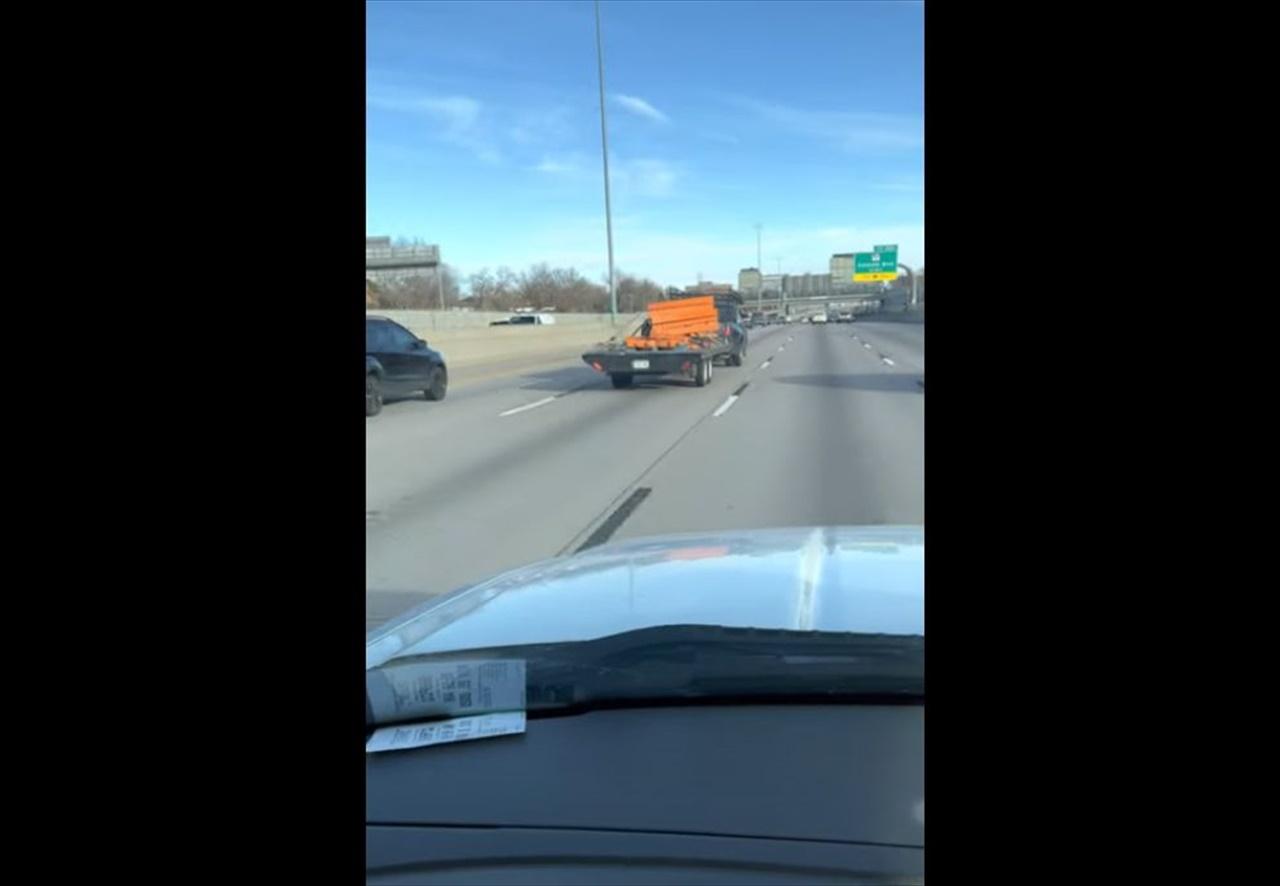 前方を走行中のトレーラーをよく見てみると・・・トンデモナイことが起きていた!