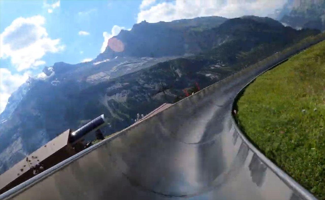 【臨場感を楽しめる映像】スイスの世界遺産の山々を疾走するマウンテンコースターが爽快!