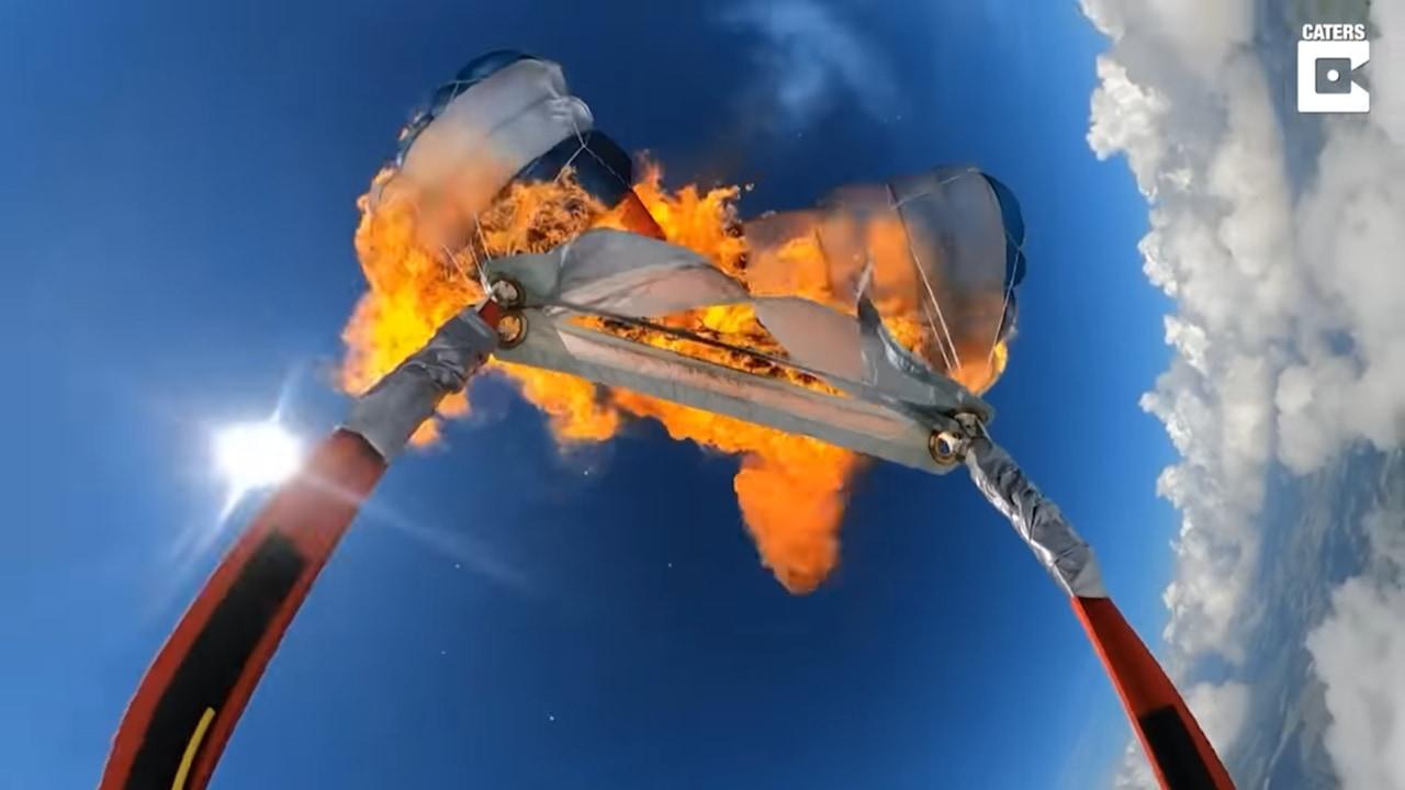 信じられない!スリルを求め落下中に自分のパラシュートを燃やす男性が凄い!