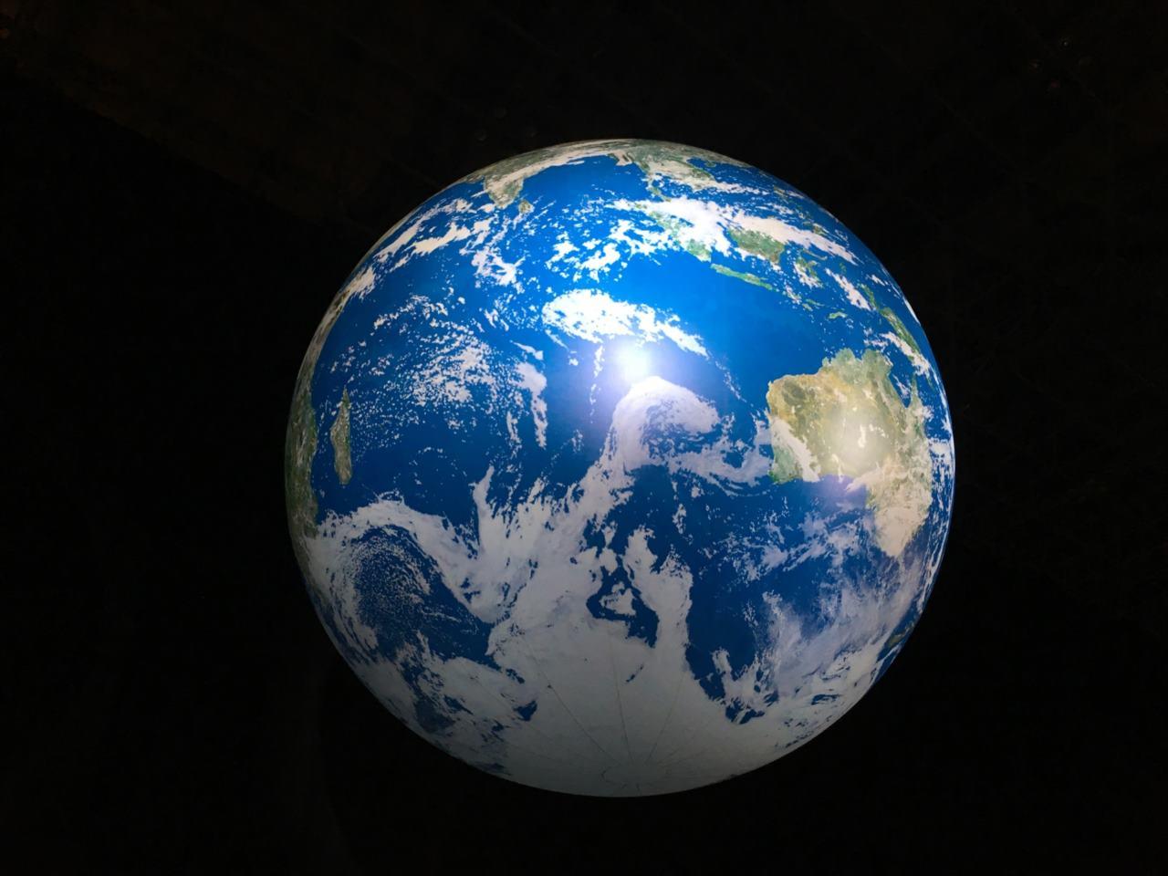 """圧倒的なスケールと美しさ・・・宇宙から見た""""地球の朝焼け空""""が素晴らしいと話題に!"""