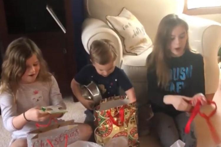 両親からのプレゼントの中身は・・・犬を飼うことをサプライズで伝えられた3姉弟の反応が可愛い!