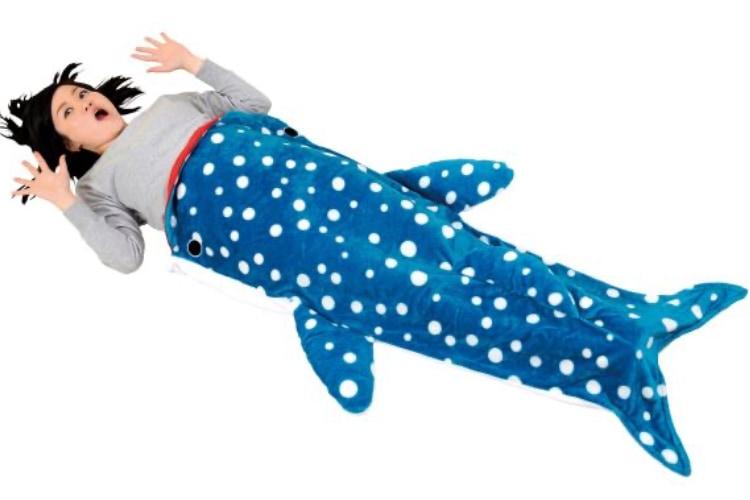 サメに丸飲みされちゃう!?穿くと体が食べられているように見えるおもしろブランケットが話題!