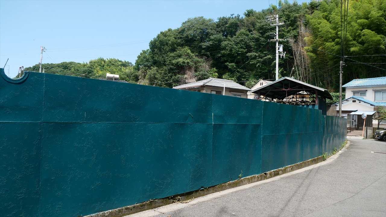 """今は壁だけど・・・元々はアレだった!?愛媛県のとある場所で見つけた""""謎の壁""""が話題に!"""