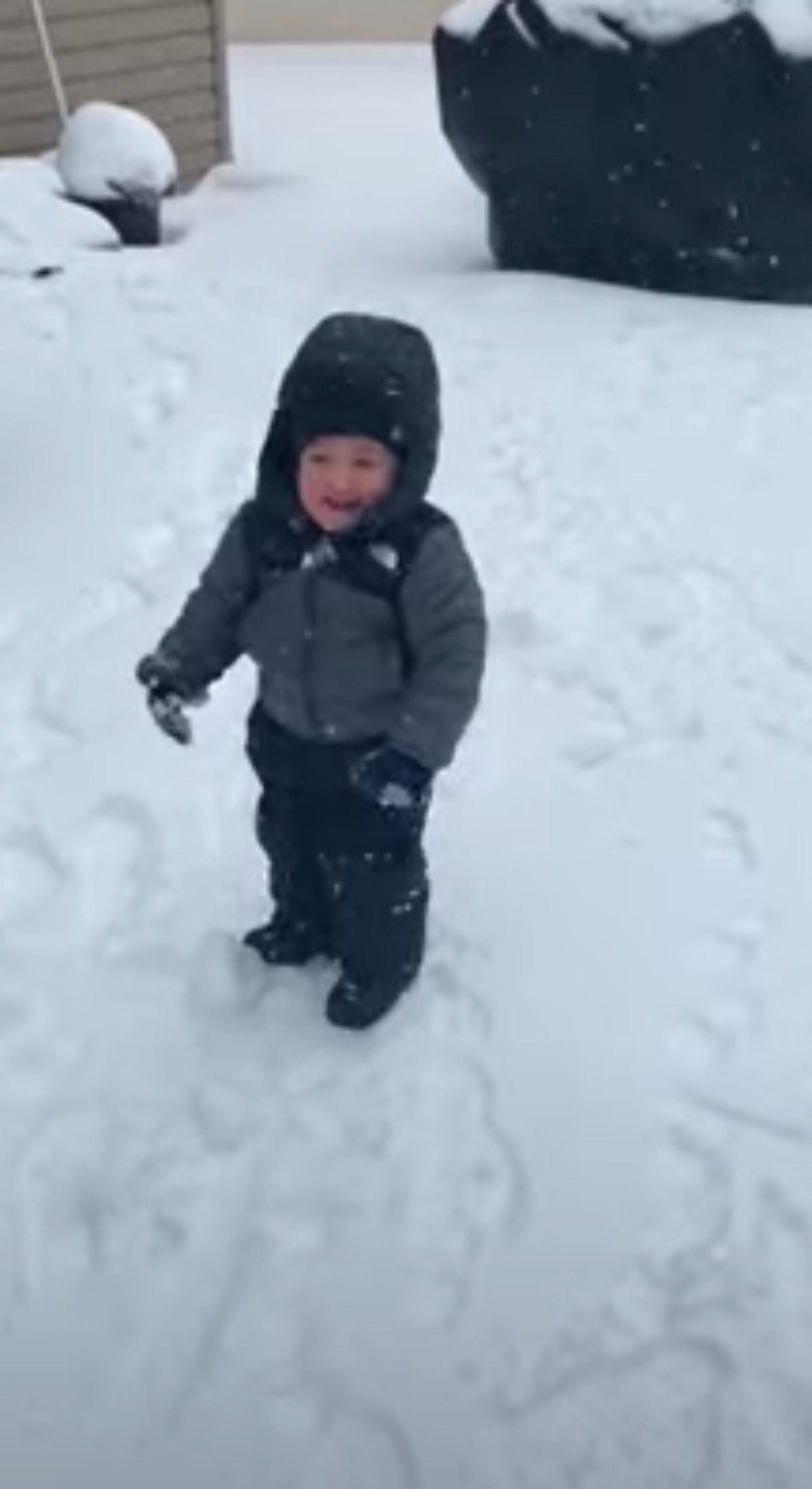 かわいい笑顔に注目!雪玉にぶつかるたび笑う男の子に癒される!