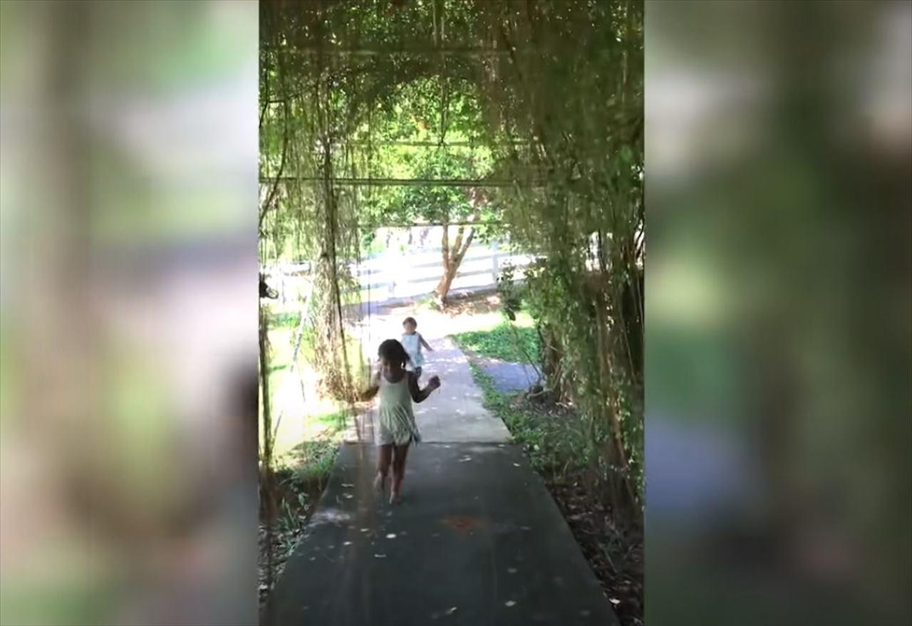 【恐怖映像】笑顔で走り抜ける女の子、その身に何かが襲いかかっていた!映像を拡大して判明したその正体に背筋が凍りつく・・・