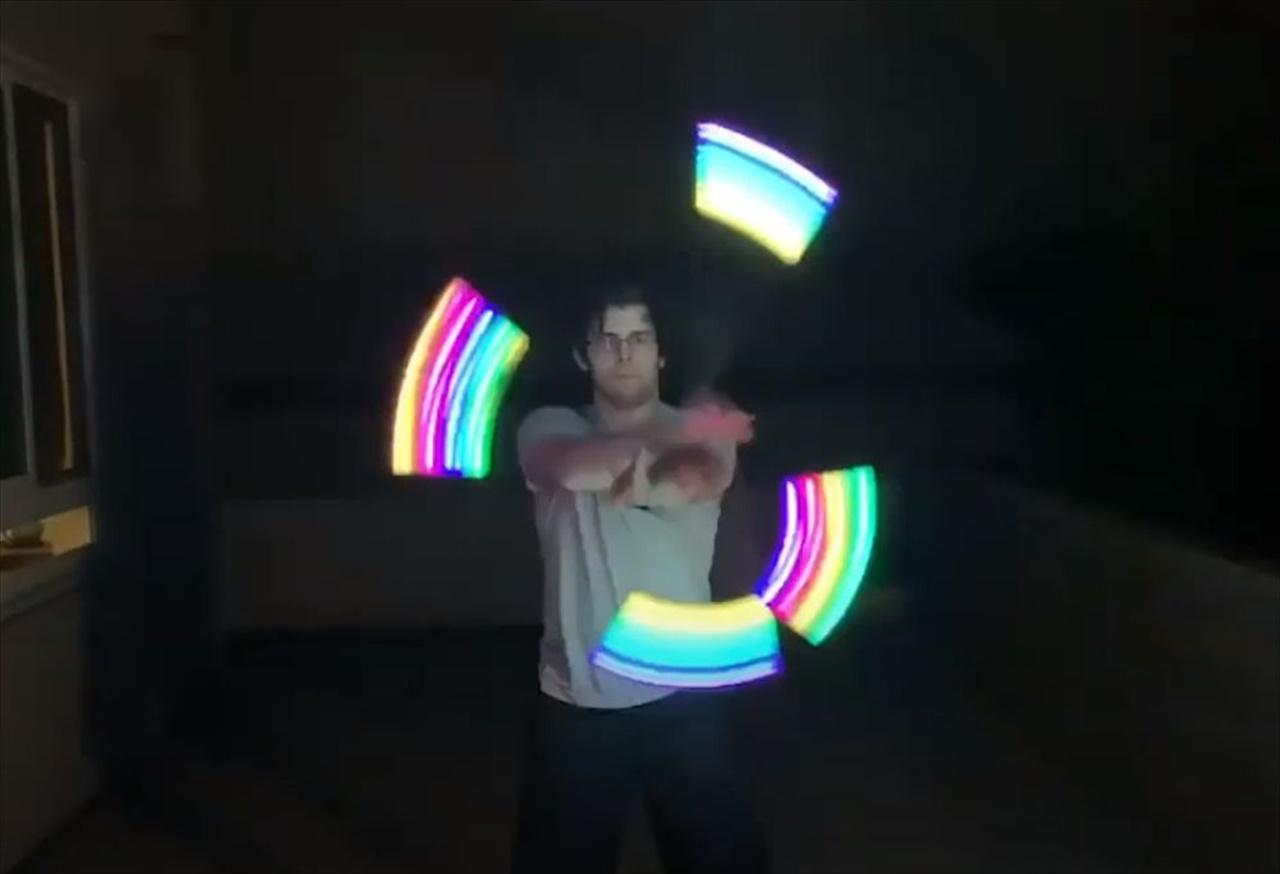 ヲタ芸の進化形か!?LEDポイを使った光のジャグリングが圧巻!
