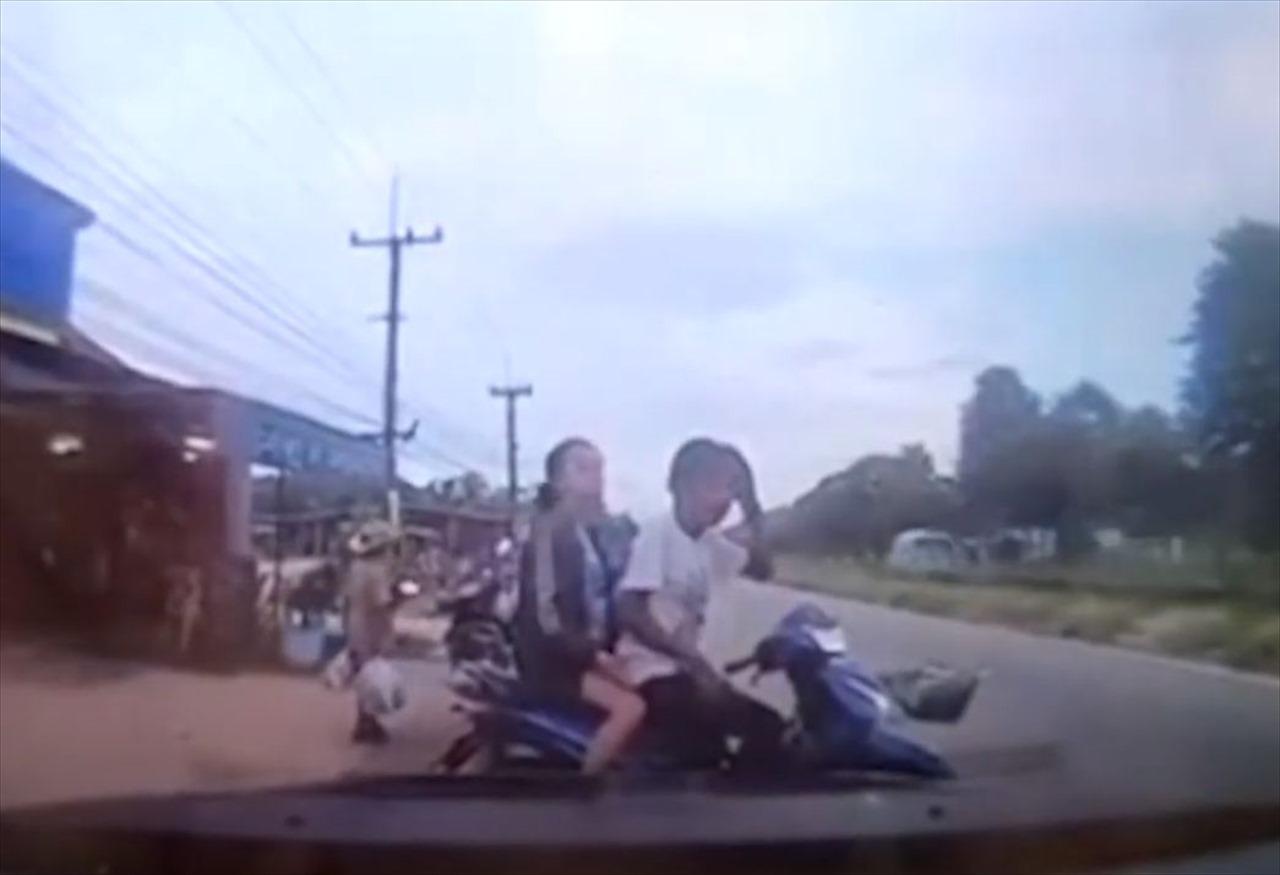 危険すぎる!バイクに乗っていたカップルに向かってトンデモナイものが飛んできた!