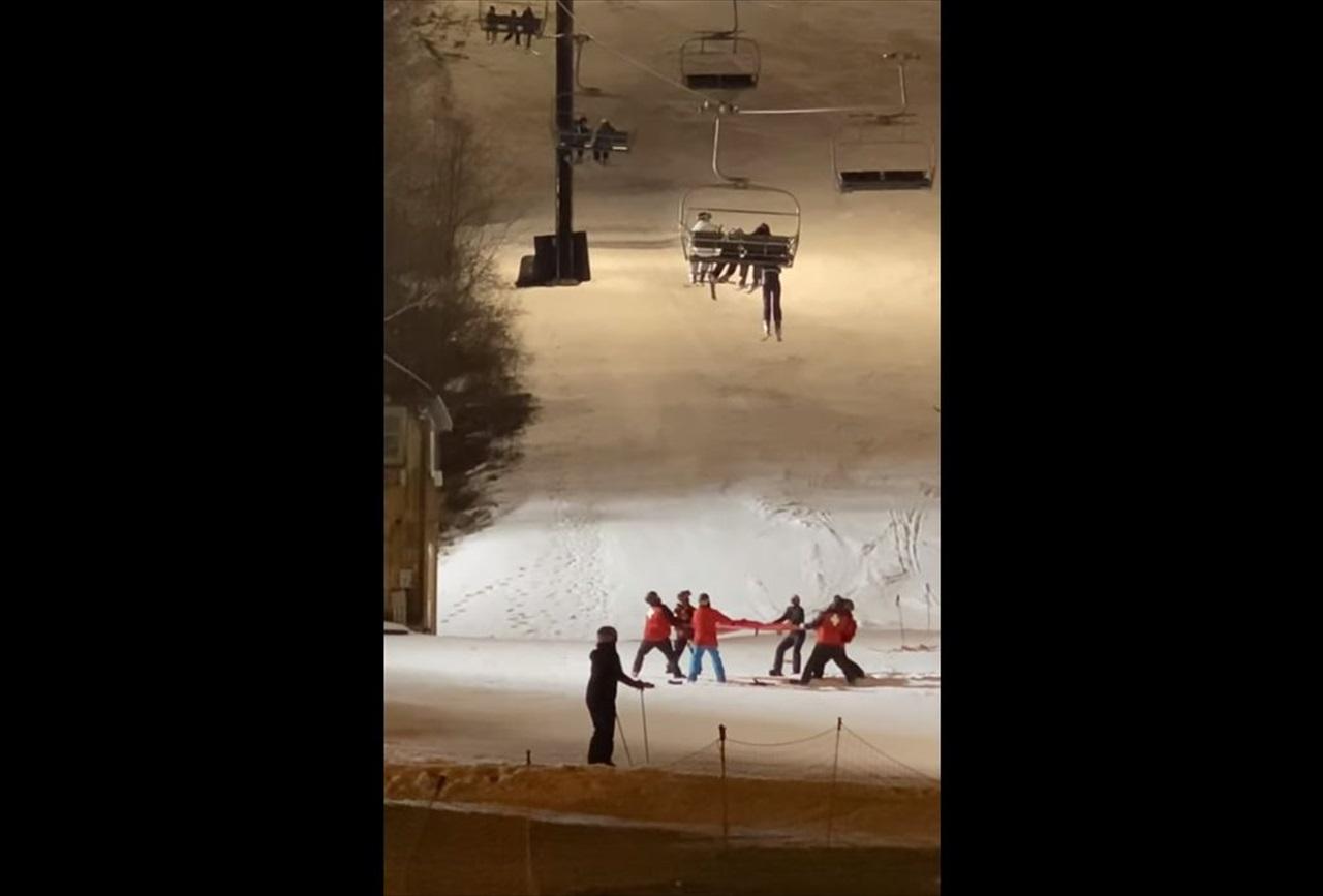 危ない!スキーヤーが落下しそうな事態に!救助隊が駆けつけるもさらなるハプニングが・・・