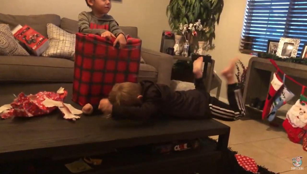 クリスマスプレゼントを開封する男の子のリアクションが凄い!まさかのプレゼントにびっくり!?