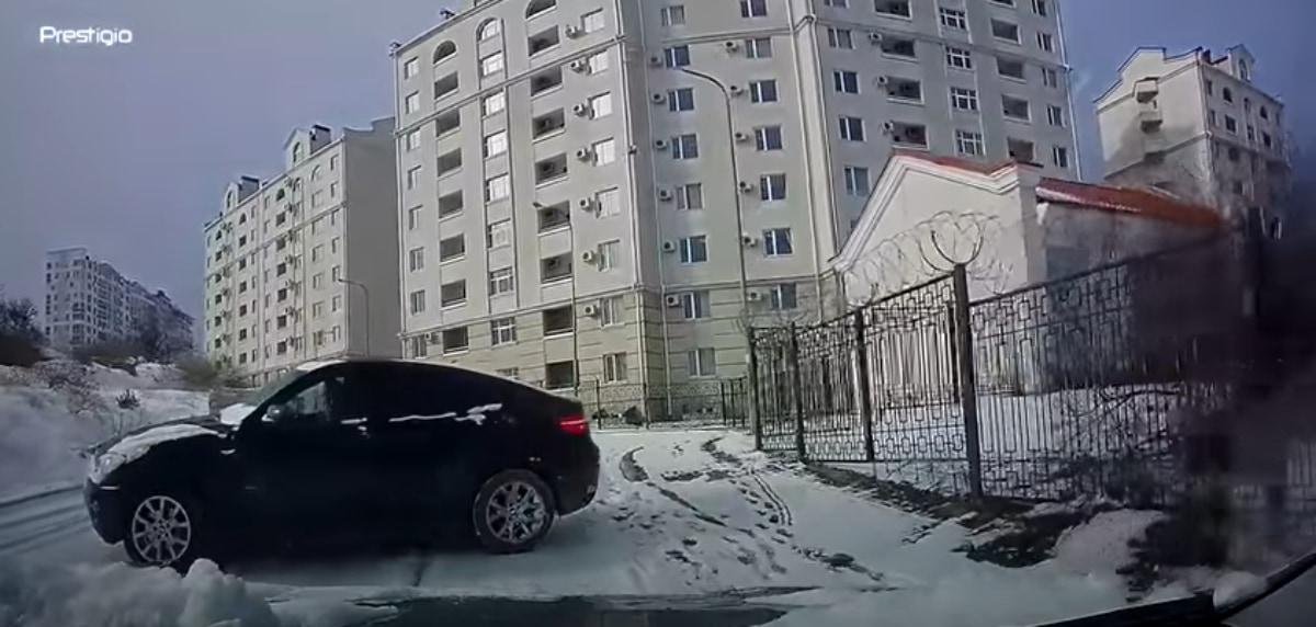 間一髪!スリップでコントロールできない車をかわすドラテクが神すぎた