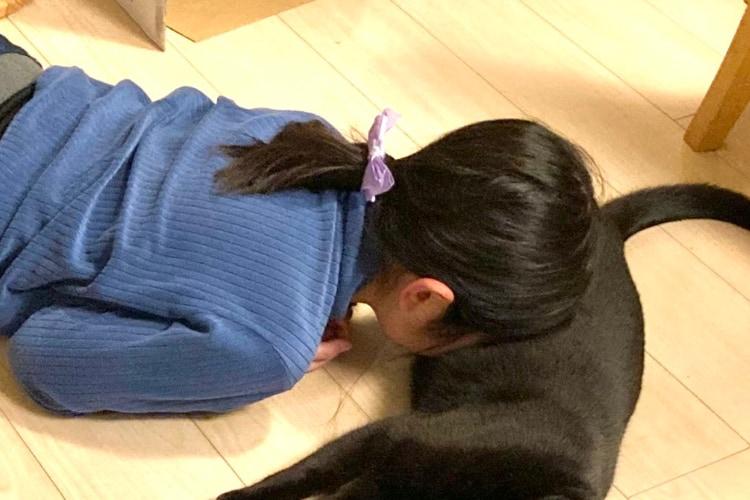家の中が突然静かになったと思ったら・・・禁断の行為「猫吸い」にハマってしまった娘を目撃!