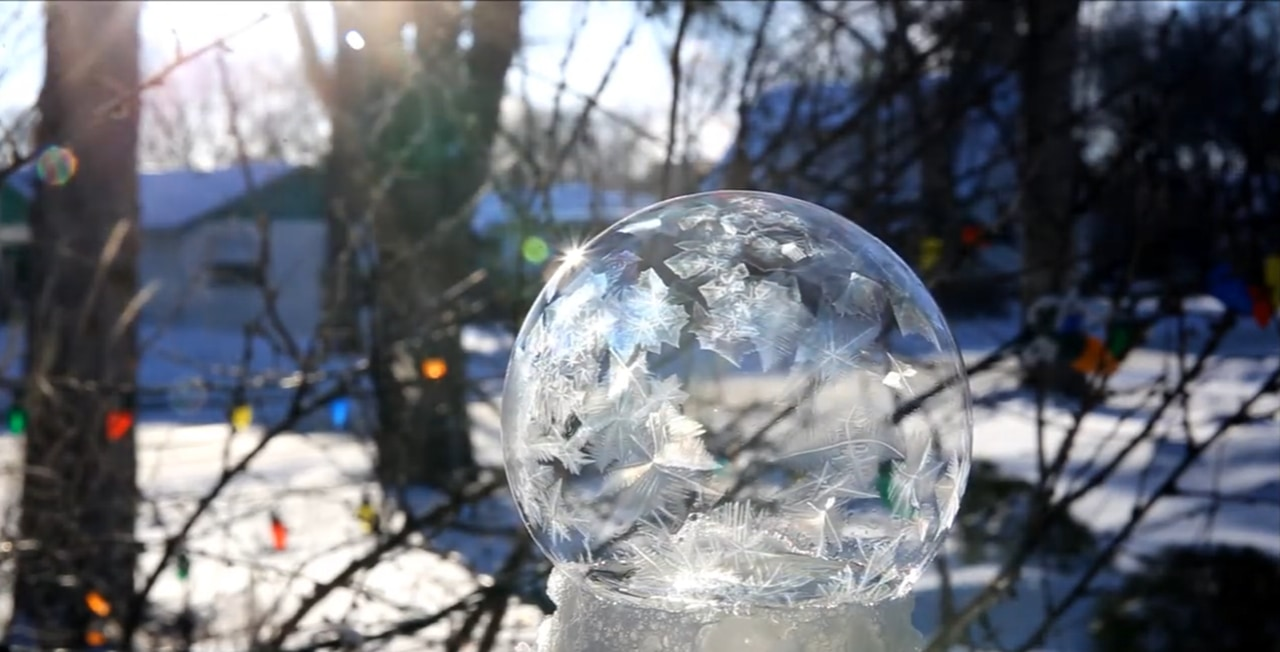 まるで水晶。寒冷地でシャボン玉が凍る様子が神秘的!