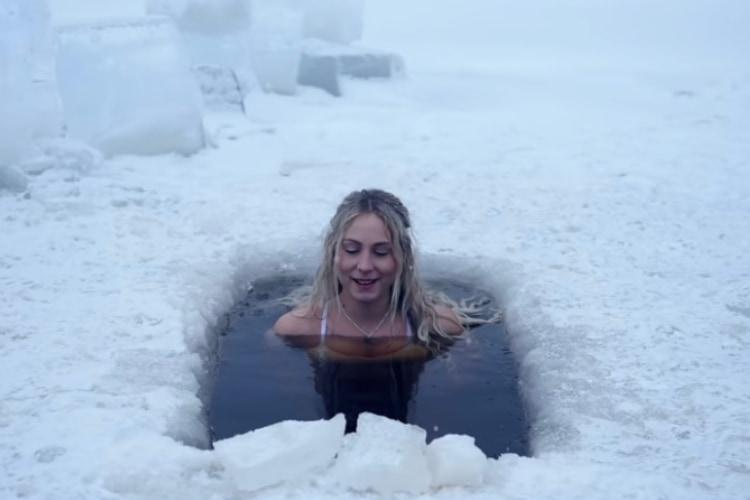 極寒の中で自然の氷風呂!?流行のモーニングルーティン動画だけどこれはやり過ぎじゃない?(笑)