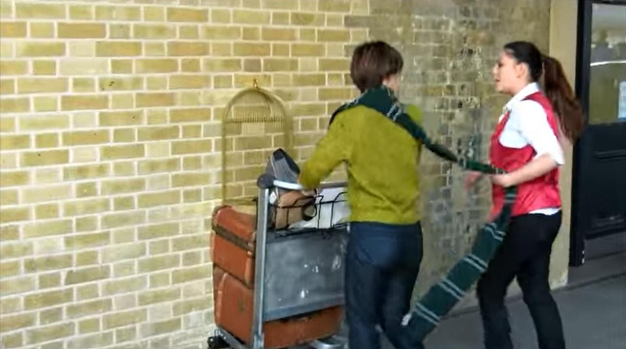 【ハリーポッター好き必見】あのシーンを再現して壁に激突する男性!
