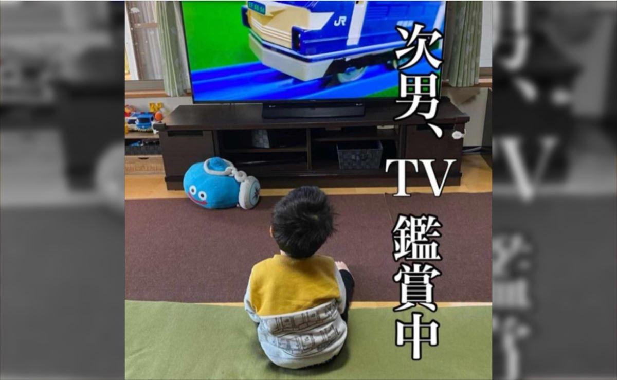 【5児のお母さん爆笑奮闘記】テレビに夢中な次男。家事を終え、再び様子を確認すると・・・目を覆いたくなる事案が発生!(笑)