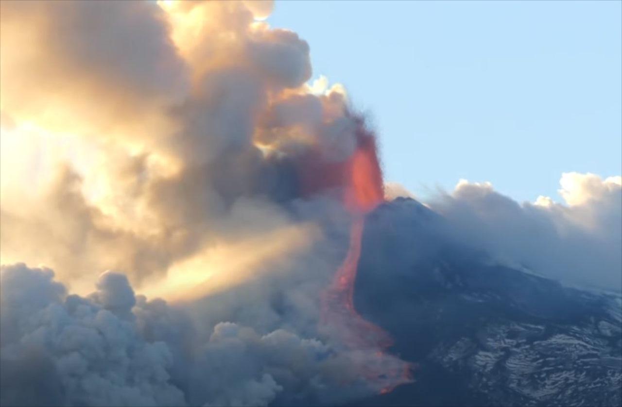 【ド迫力映像】イタリアのエトナ山が噴火!至近距離で撮影された映像が恐ろしすぎる・・・