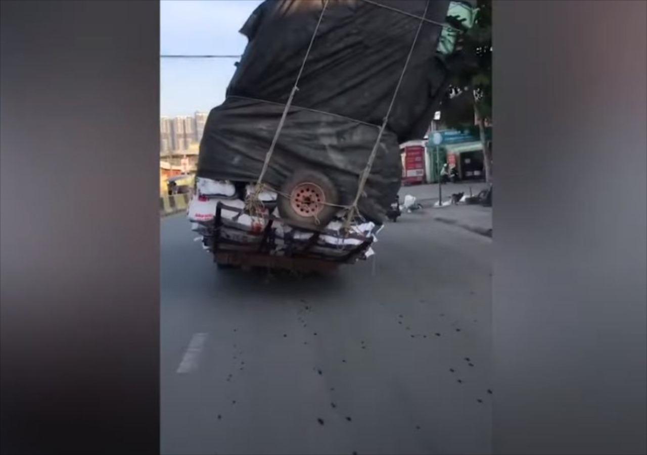 目の前を走るトラックが今にも横転しそうでヤバすぎる!バイクが横を通ろうとすると・・・