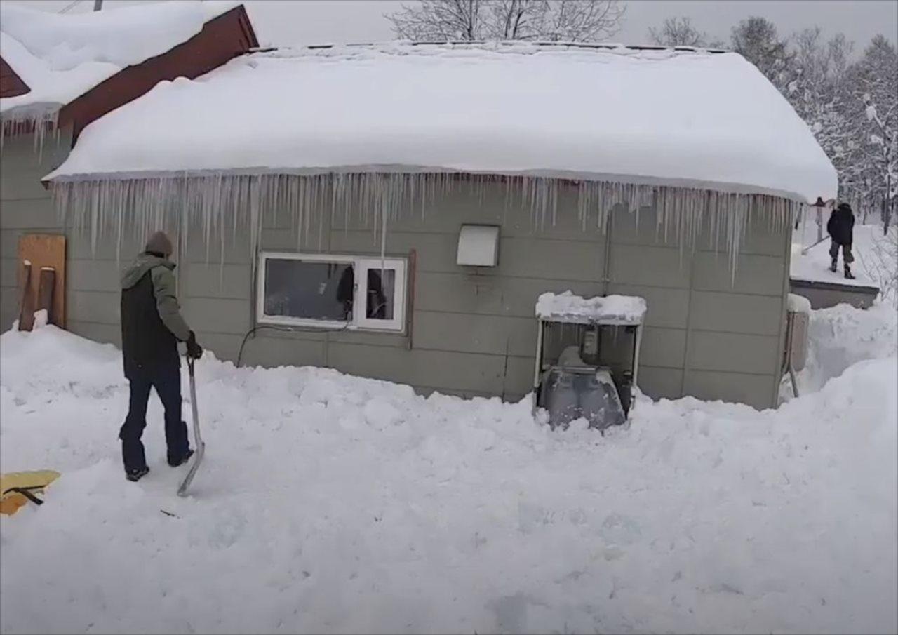 やはり油断は禁物!ガレージの屋根から雪が突然崩れてきた瞬間が恐ろしい・・・!