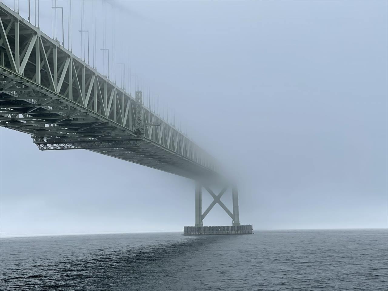 この先は魔境があるとしか思えない!濃霧で凄いことになってる『明石海峡大橋』が話題に!