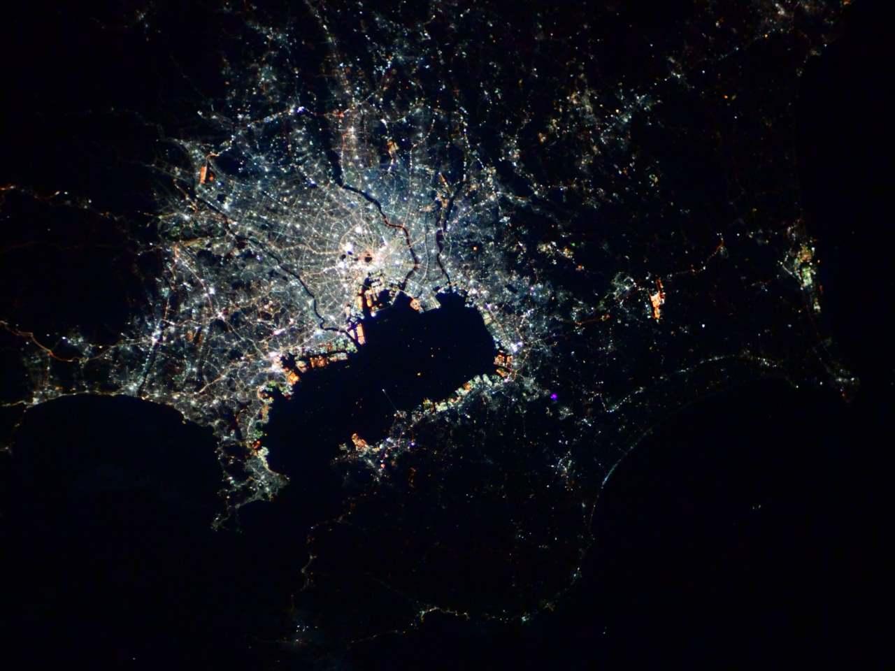 """宇宙飛行士・ 野口聡一さんが投稿した""""宇宙から見た首都圏""""が美しい!自分が住む街を探すフォロワーも続出!"""
