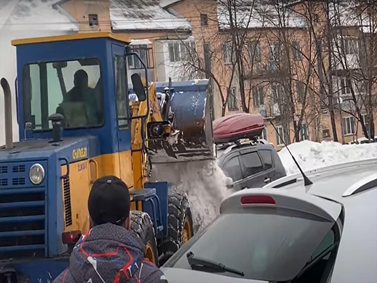 【衝撃】ロシアの市街地で車が炎上!斬新かつ圧倒的な消火方法が凄すぎる!