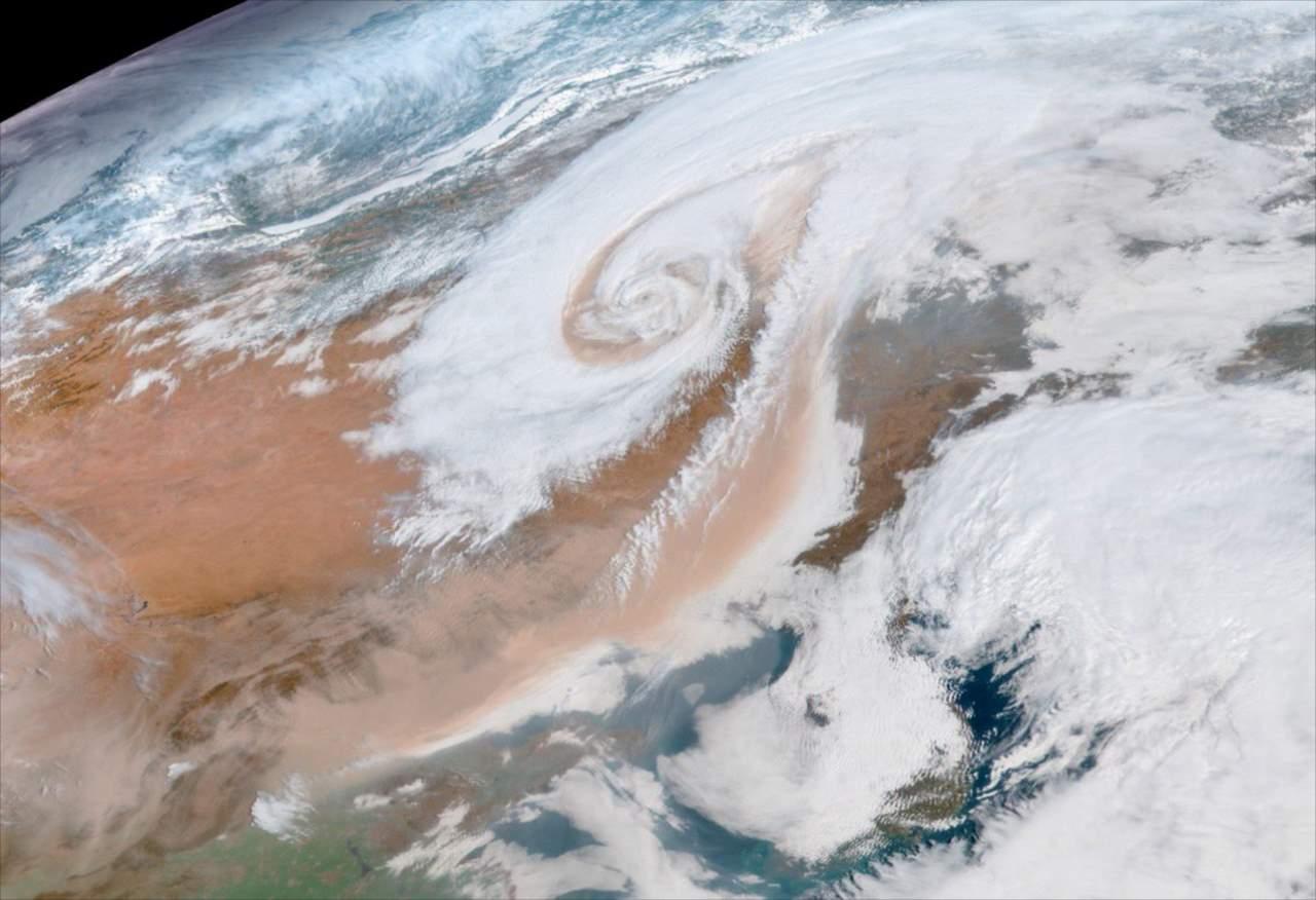 【要注意】こんなにはっきり見えるとは・・・気象衛星がとらえた茶色の「黄砂」が話題に!