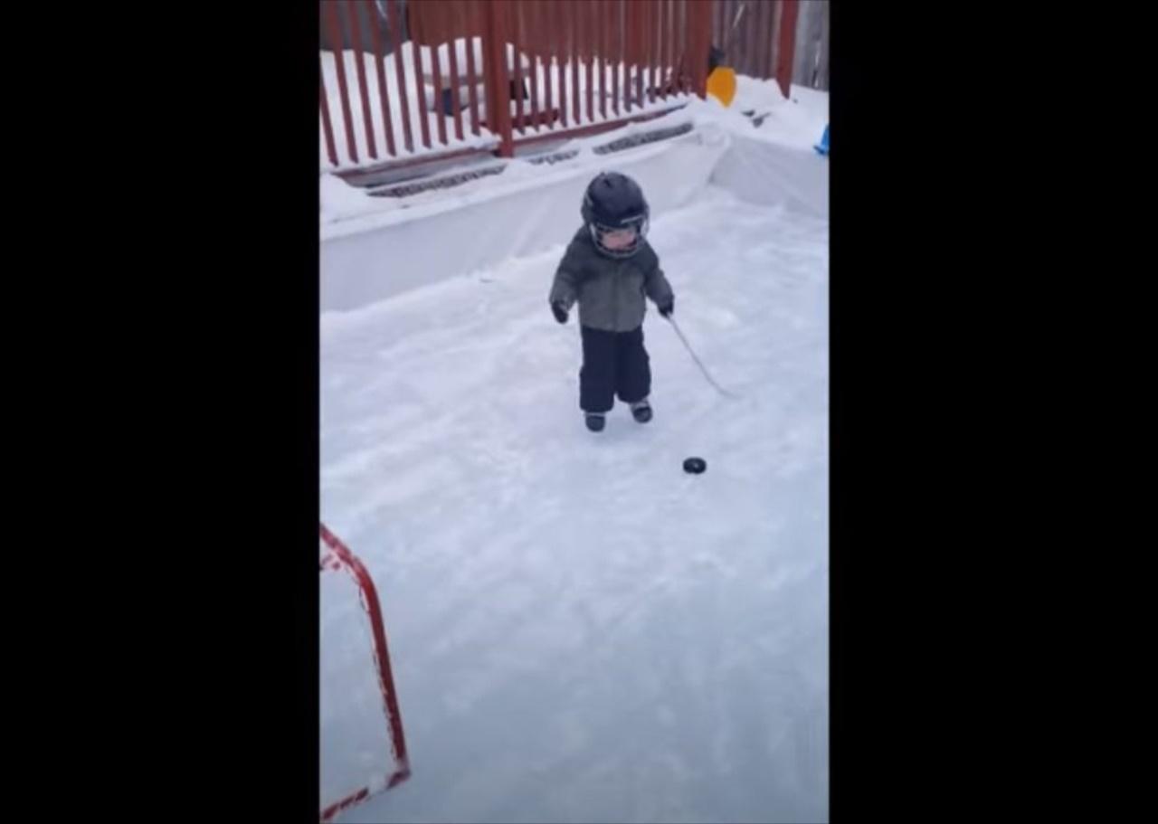 したたかすぎる(笑) アイスホッケーをする1歳の幼児が想定外の手段でゴール決める!