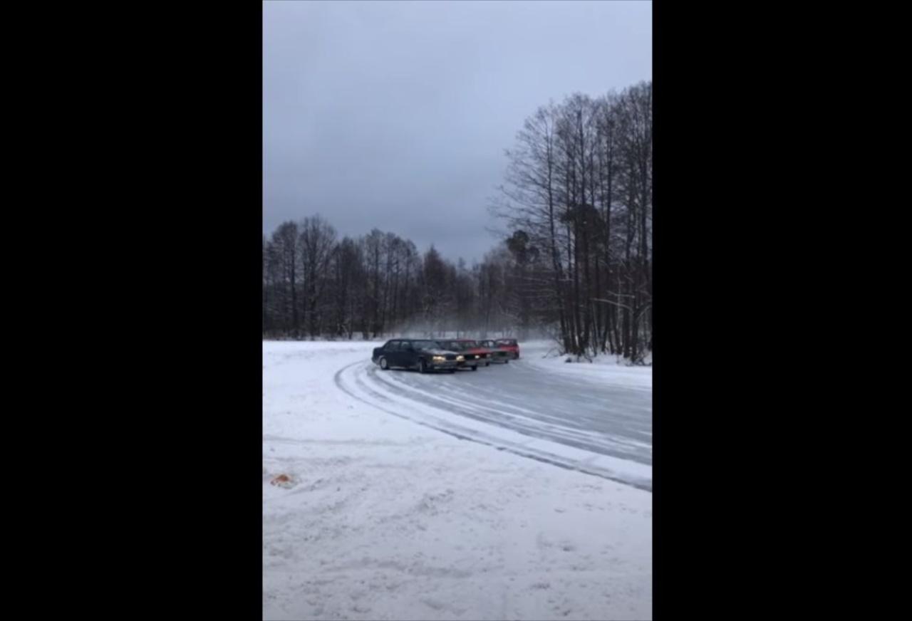 雪上でドリフト走行を見せる何台もの車!この滑りは、むしろスケーティングか!?(笑)
